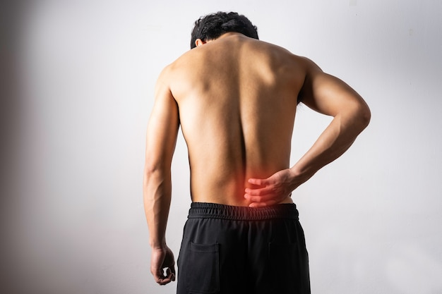 Un retrato de un hombre tocando una espalda dolorosa