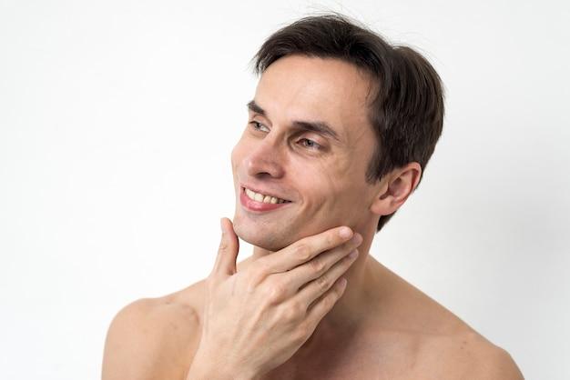 Retrato de hombre tocando su cara