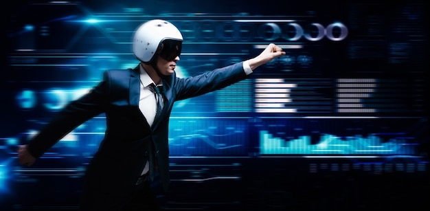 Retrato de un hombre con traje y casco. muestra que está volando en el contexto de un holograma futurista. concepto de negocio.