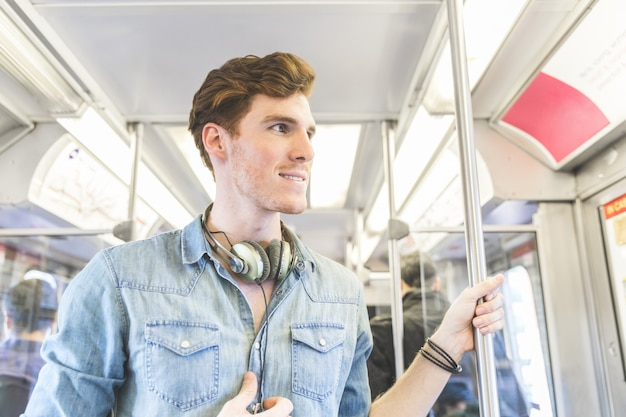 Retrato de hombre en el tren en la ciudad.