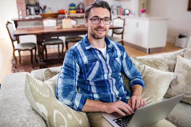 Retrato de hombre usando una laptop
