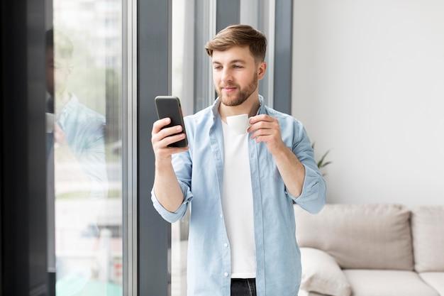 Retrato hombre usando móvil