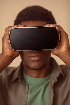 Retrato de hombre vestido con casco de realidad virtual