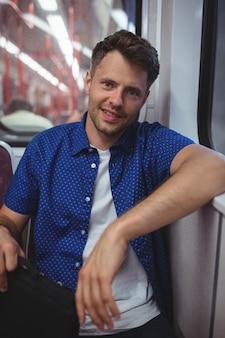 Retrato de hombre viajando en tren