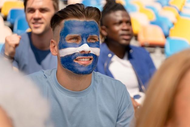 Retrato de hombre viendo un partido de fútbol