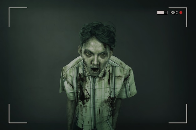 Retrato de hombre zombie asiático espeluznante y sangriento