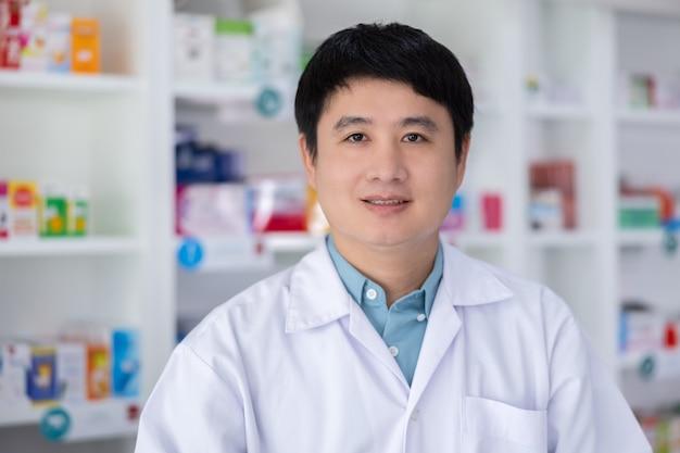 Retrato, de, hombres, farmacéutico, asiático, servicio permanente, en, droguería