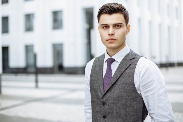 Retrato de hombres de negocios jóvenes en una ciudad moderna