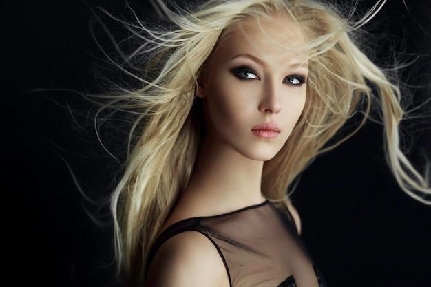 Retrato horizontal de una hermosa chica rubia en movimiento