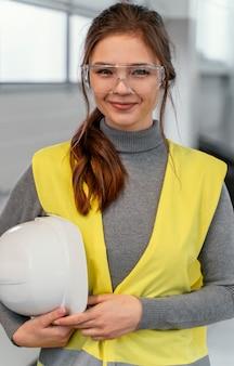 Retrato de una ingeniera sonriente mujer
