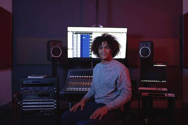 Retrato de ingeniero de audio masculino