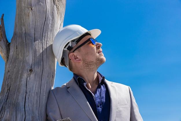 Retrato de un ingeniero en un casco protector. concepto de negocio, ecología y construcción.