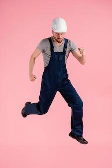 Retrato, ingeniero, hombre, saltar