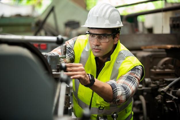 Retrato de ingeniero de personal de fabricación en la producción de fábrica