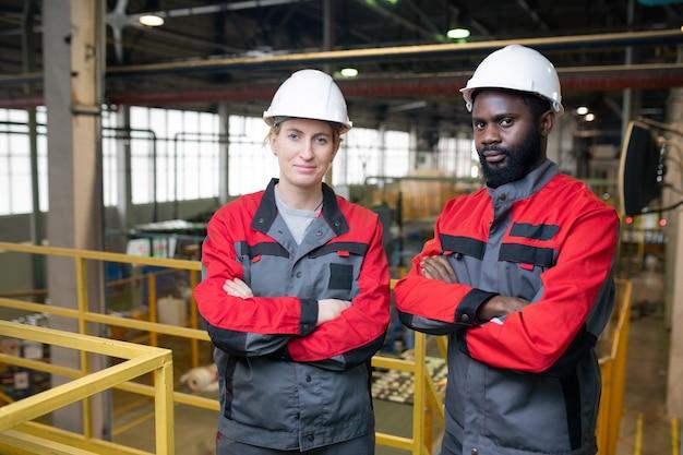 Retrato de ingenieros profesionales de fábrica
