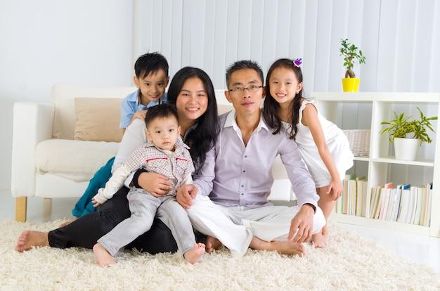 Retrato de interior de la familia asiática