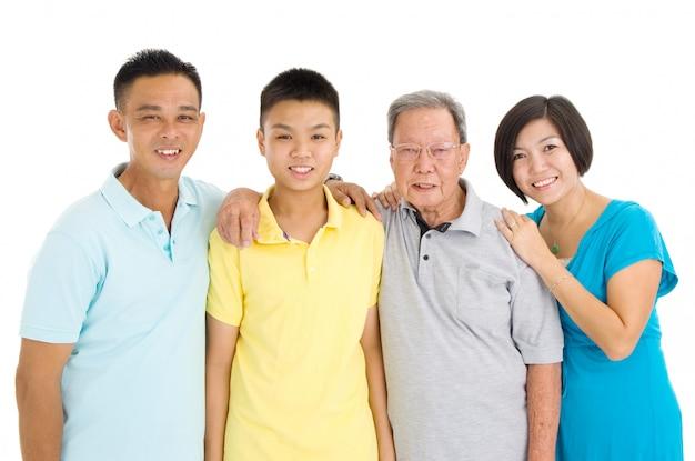 Retrato interior de una hermosa familia de 3 generaciones asiáticas sobre fondo blanco