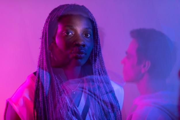 Retrato interior de hombre y mujer en estilo vaporwave