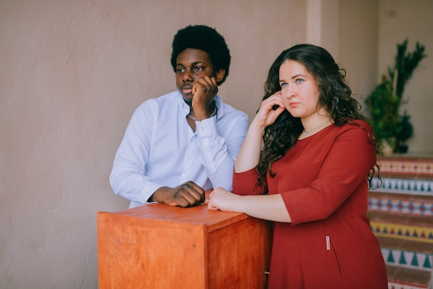Retrato interior de la joven pareja interracial.