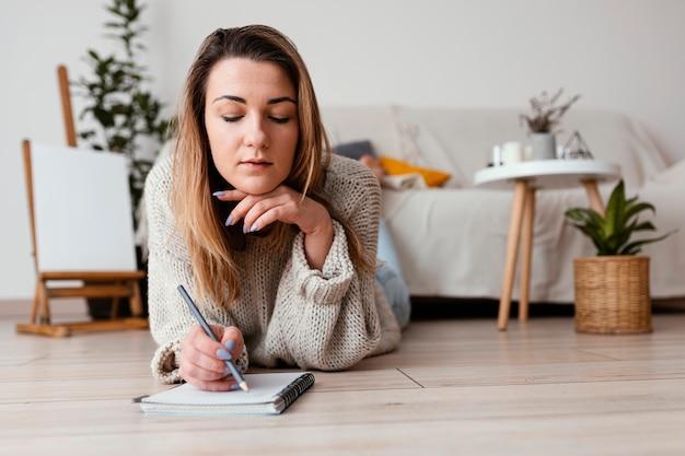 Retrato interior meditando mujer