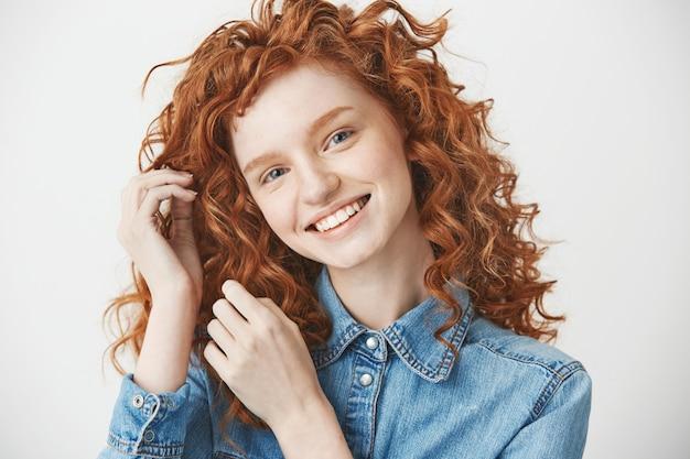 Retrato de jengibre chica alegre sonriendo.
