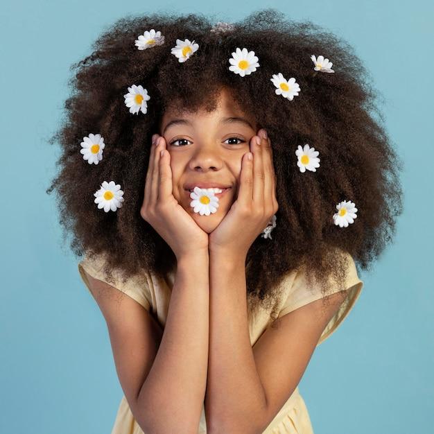 Retrato de joven adorable posando con flores de manzanilla