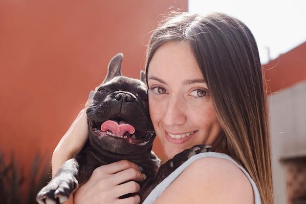 Retrato de joven adorable y su perrito