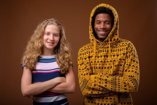 Retrato, de, joven, africano, y, caucásico, adolescente, sonriente
