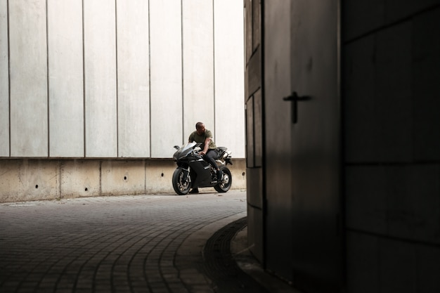 Retrato de un joven africano montando moto