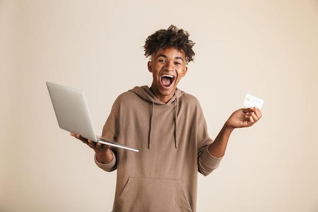 Retrato de un joven afroamericano emocionado