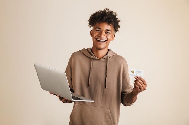 Retrato de un joven afroamericano feliz