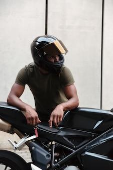 Retrato de un joven afroamericano moderno en casco