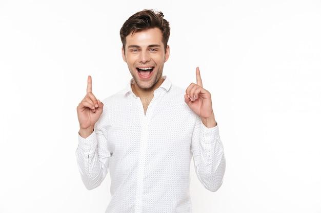 Retrato de un joven alegre en camisa