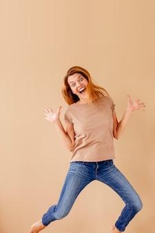 Retrato de una joven alegre saltando