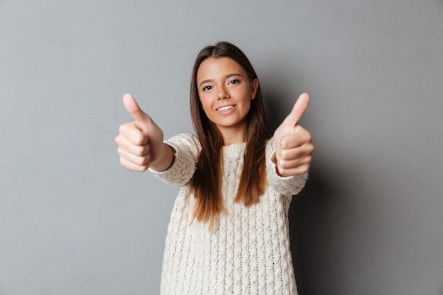 Retrato de una joven alegre en suéter