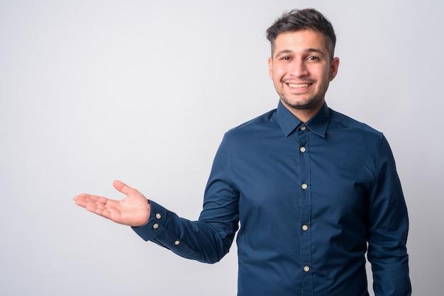 Retrato de joven apuesto empresario iraní en blanco