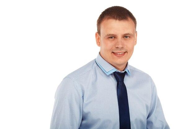 Retrato de un joven apuesto en una estricta ropa representativa sonriendo aislado en blanco
