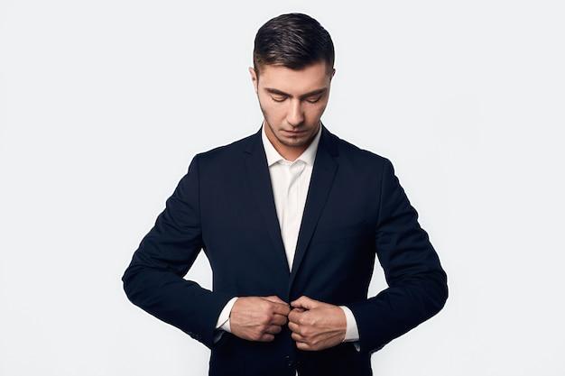 Retrato de joven apuesto hombre de negocios en traje