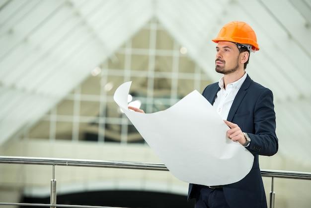Retrato de un joven arquitecto en la oficina.