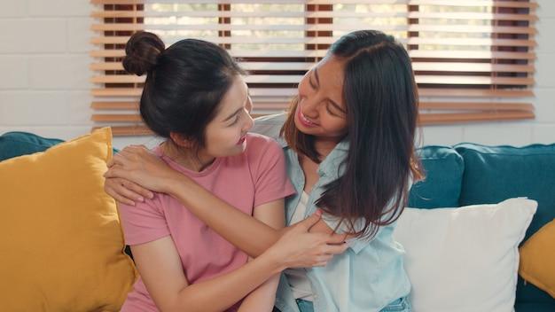 Retrato joven asia lesbianas lgbtq mujeres pareja sentirse feliz sonriendo en casa.