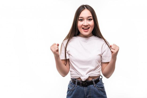Retrato de joven asiática aislada en la pared blanca
