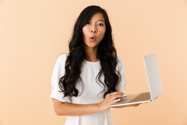 Retrato de una joven asiática emocionada
