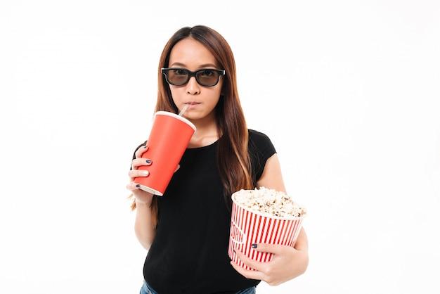 Retrato de una joven asiática en gafas 3d