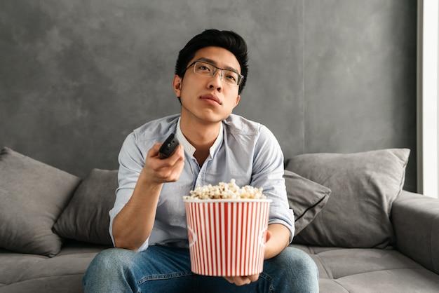 Retrato de un joven asiático aburrido
