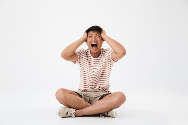 Retrato de un joven asiático molesto