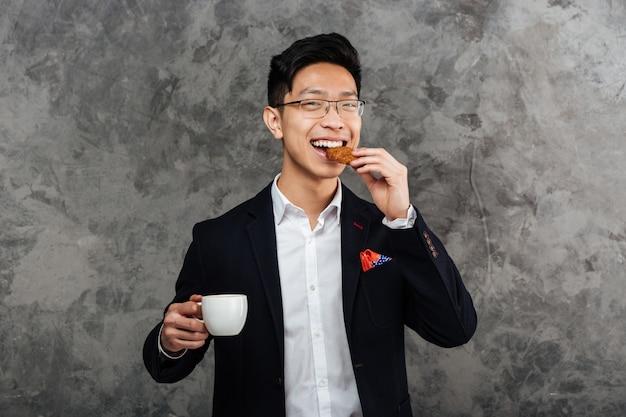Retrato de un joven asiático sonriente vestido con traje