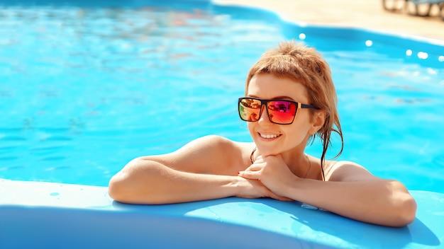 Retrato de joven atractiva con gafas de sol. concepto de belleza de verano