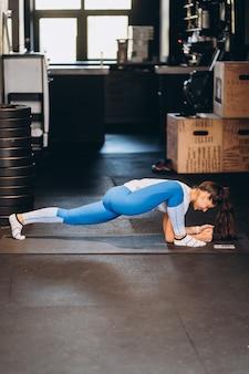 Retrato de joven atractiva haciendo ejercicios de yoga o pilates