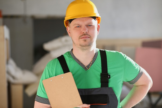 Retrato de joven atractivo en el trabajo