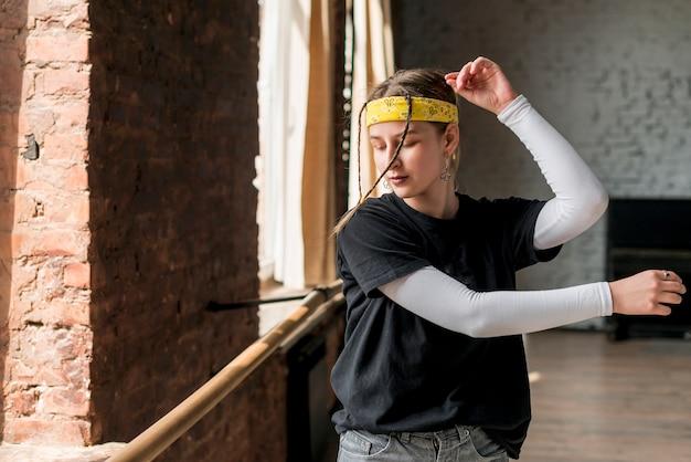 Retrato de una joven bailando en el estudio